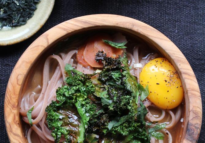 Sopa de miso, fideos soba, chips de kale y huevo